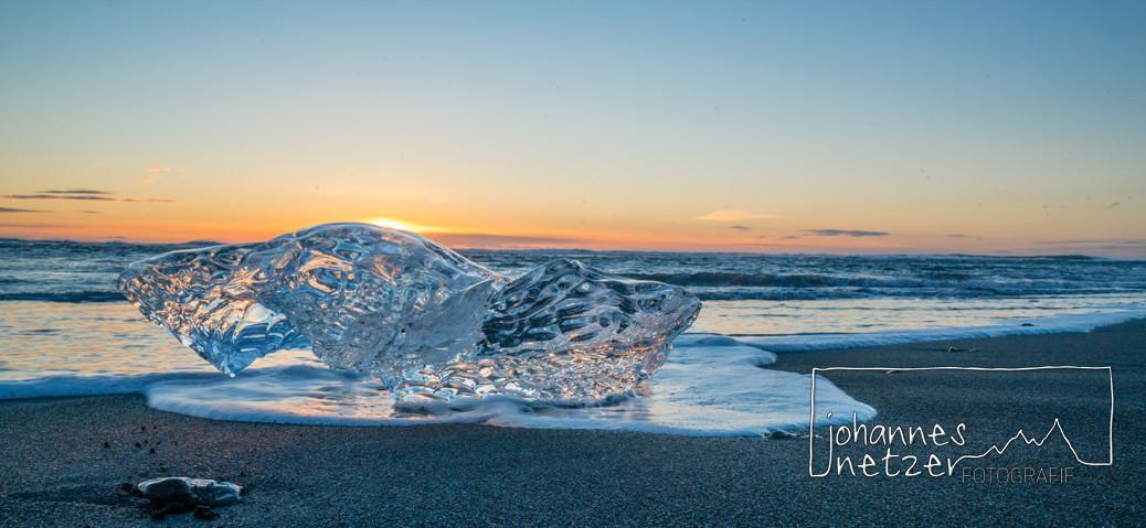Sonnenaufgang am Strand in Island