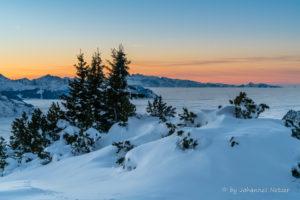 Kurz nach Sonnenuntergang in den Alpen